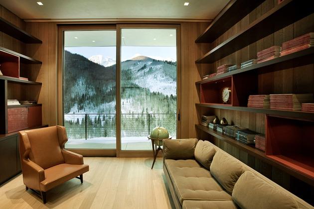 这个简洁但令人惊叹的线性建筑,位于海拔9500英尺的雪域,和周围环境一样透出优雅朴实的诱人气质。 客户要求每一棵树尽可能被保存并维持原来的样子,他们选择了这个地方,隐私原始的高山气氛。建筑师设计了这个室内庭院结合建筑和大自然的房子。