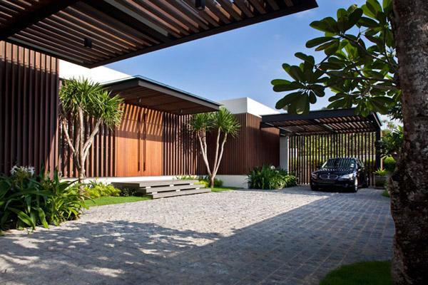 围起两个内庭院,呈汉字的日字形,虽然建筑设计非常现代简约,家具也用图片