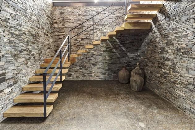 庄园位于墨西哥的哈利斯科州地区的农村,这座建筑最与众不同的是它所选用的材料,以当地所产的石头做承重墙,并且在室内和室外有意的裸露出来,形成独特的质感和风貌。一层又三个房间和家庭室,楼上是主卧室。房子正面是金属框架落地玻璃门,可以无遮拦的欣赏到美丽的花园景色。