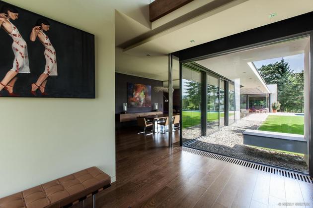 """这是包豪斯现代建筑设计的名作,是著名包豪斯和现代工业工艺相结合创建的完整的建筑体系。建筑材料大量现代制造工业的运用,体现在玻璃和钢铁构件制造工艺,建筑追求结构美,尽可能做到简洁,体现""""少就是多""""的设计思想                 <"""